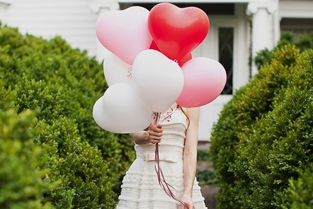 """Śmieszna zabawa na wesele (gotowe opisy)     Zabawa polega na przemiennym przebijaniu balonów przez Parę Młodą.    Będę z uśmiechem witał teściową podczas kolejnej niezapowiedzianej lustracji naszego mieszkania i z radością będę podawał jej kawusię.   Będę z cierpliwością oglądał powtórkę 1654 odcinka ulubionego serialu mojej żony.  Będę zabierał żonę na całodzienne zakupy, spełniał wszystkie jej zachcianki i nie marudził gdy będzie po raz piąty przymierzała tą samą bluzkę.   Będę pamiętał o rocznicach, urodzinach, imieninach i wszystkich ważnych datach związanych z naszym wspólnym życiem.  Będę """"PERFEKCYJNYM PANEM DOMU"""" i będę wyręczał moją żonę we wszystkich obowiązkach domowych i naprawiał wszystkie domowe sprzęty które przez przypadek się zepsują.  Pozwolę mężowi na wieczorne wypady z kolegami i nie mrugnę nawet okiem jeśli po powrocie do domu będzie się od niego unosił zapach niejednego piwka .  Będę świętowała każde ważne wydarzenie sportowe i nawet nie pomyśle o zmianie kanału podczas meczu naszej reprezentacji.  Będę gotowała pyszne śniadania, obiadki i kolację a przygotowywać będę tylko ulubione potrawy mojego męża.  Będę spełniała wszystkie fantazję łóżkowe mojego męża , bez wymówek że boli mnie głowa.   Będę zarządzała przyniesioną przez męża kasą i zobowiązuję się do wypłaty cotygodniowego kieszonkowego."""