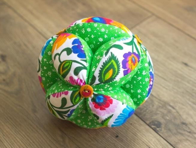 Piłka takane z dzwoneczkiem do nauki chwytania dla niemowląt.