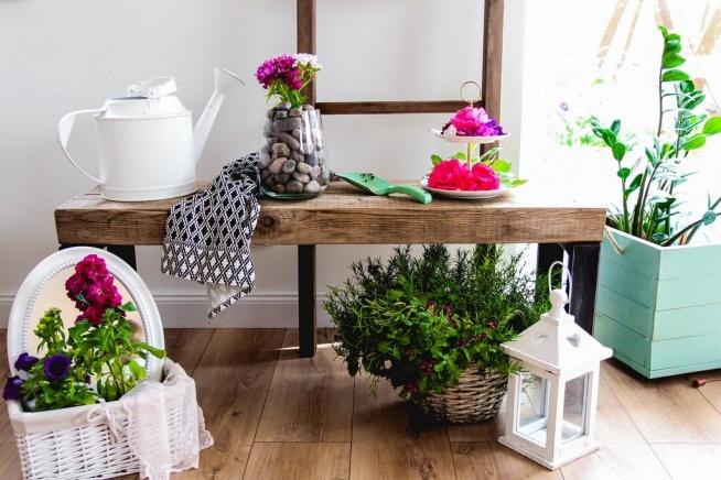 Proste i efektowne pomysły DIY na dekoracje z kwiatów, a także krótki wywiad z Florystką, która podpowiada na co warto zwrócić uwagę szykując samodzielnie ozdoby z roślin i co może okazać się do tego przydatne :)