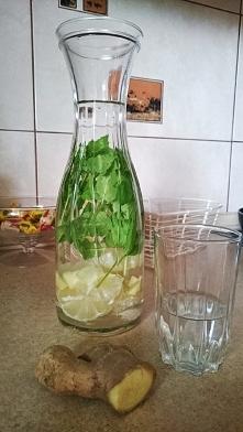 Woda z cytryną, miętą i imbirem idealna na upały