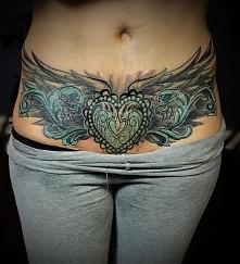 serce ze skrzydłami na brzuchu