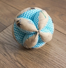 Piłka takane do nauki chwytania dla niemowlaka.