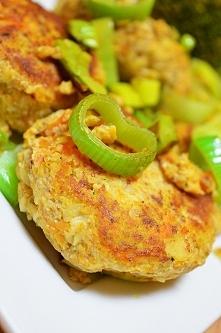 Kotleciki z udka kurczaka oraz warzyw ( z rosołu) z brokułami i porem.