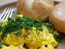 Jajecznica z mikrofalówki Wbij do kubka jaja, dodaj ser, sól, pieprz i to, na co jeszcze masz ochotę. Wymieszaj dokładnie i wylej na talerz. Następnie włóż go do mikrofalówki na...