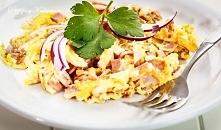 Jajecznica z szynką i cebulką