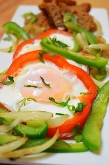 Dzisiejsze śniadanko - 2 jaja xl, sadzone w papryce, kromka chleba razowego z słonecznikiem, papryka zielona i cebula duszona na oliwie, śniadanie ma 420 kcal. Chcesz schudnąć? ...