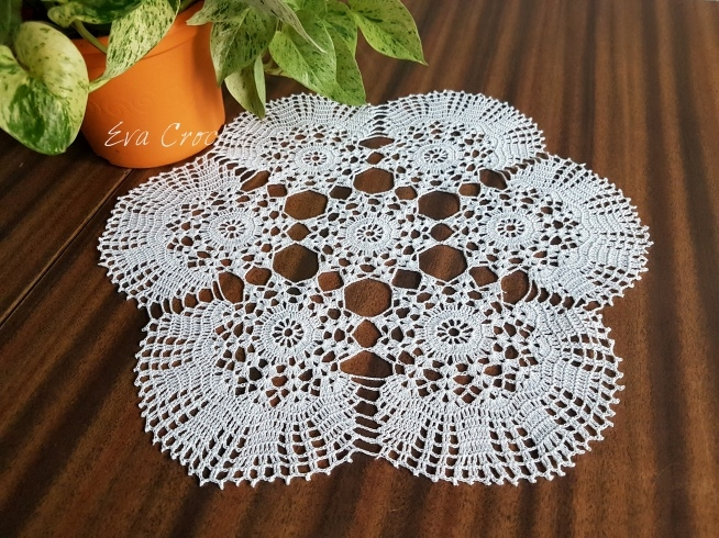 Piękna 40 cm biała, delikatna serweta wykonana ręcznie. Idealny pomysł na prezent. Znakomita ozdoba stołu. Więcej inspiracji na moim facebooku: @szydelkodesign