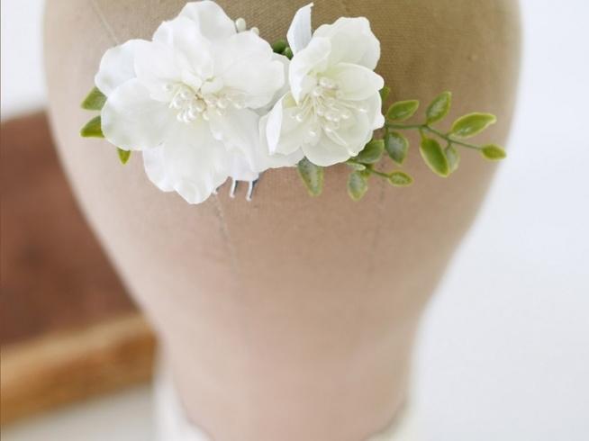 WYPRZEDAŻ! Biały grzebyk ślubny z dodatkiem zielonych listków. Idealny dodatek na Twój ślub, wesele i na sesję zdjęciową :)  Cena: 59 pln  Do kupienia w sklepie internetowym Madame Allure