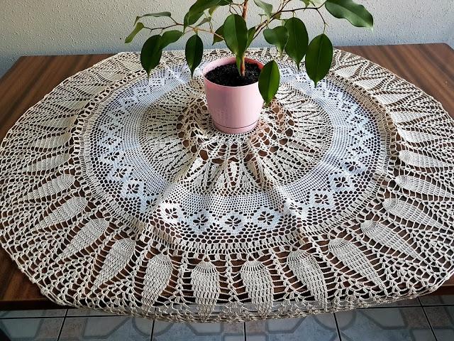 Okrągły, dwukolorowy obrus o średnicy 90 cm. Wykonany  cienkiego bawełnianego kordonka.