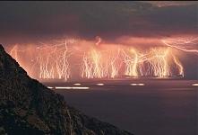 Nad jeziorem Maracaibo w Wenezueli pioruny uderzają 280 razy na godzinę przez pół roku.