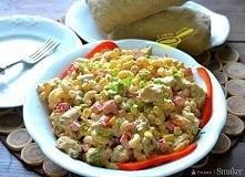 Syta sałatka z kurczakiem i makaronem. Składniki: 500 gramów filetu z kurczak...