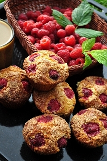Muffiny pszenno-orkiszowe z malinami