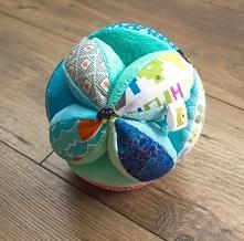 Kolorowa piłka takane do nauki chwytania dla niemowlaka.