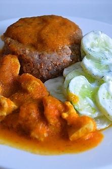 Gulasz z piersią z kurczaka (sos - cebula,marchew,papryka czerwona) Pierś sma...