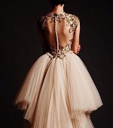 sukienka z guziczkami na plecach