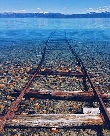 Tory kolejowe w jeziorze Tahoe w Kalifornii.