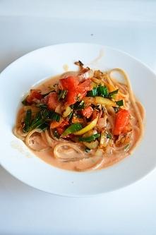 Spaghetti pełnoziarniste z warzywami (por,marchew,cebula,pomidor,sól himalajs...