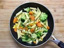Makaron z warzywami, wersja wege oraz mięsna.