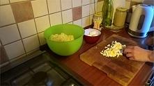 Sałatka żydowska 1 kg ziemniaków 6-8 jajek 1 średnia cebula 2 łyżeczki muszta...