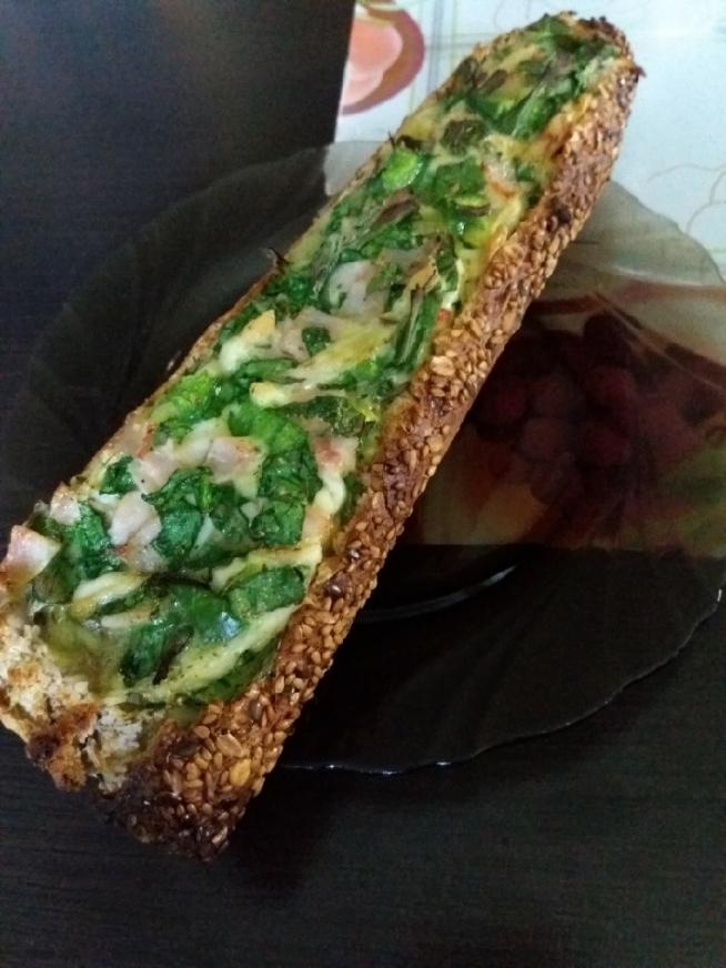 Niedzielne śniadanie: bagietka nadziewana (jajko, szpinak, papryka, szynka, ser, zielona cebulka + przyprawy) Pyszna, na pewno będzie u mnie częstym gościem na śniadanie :)