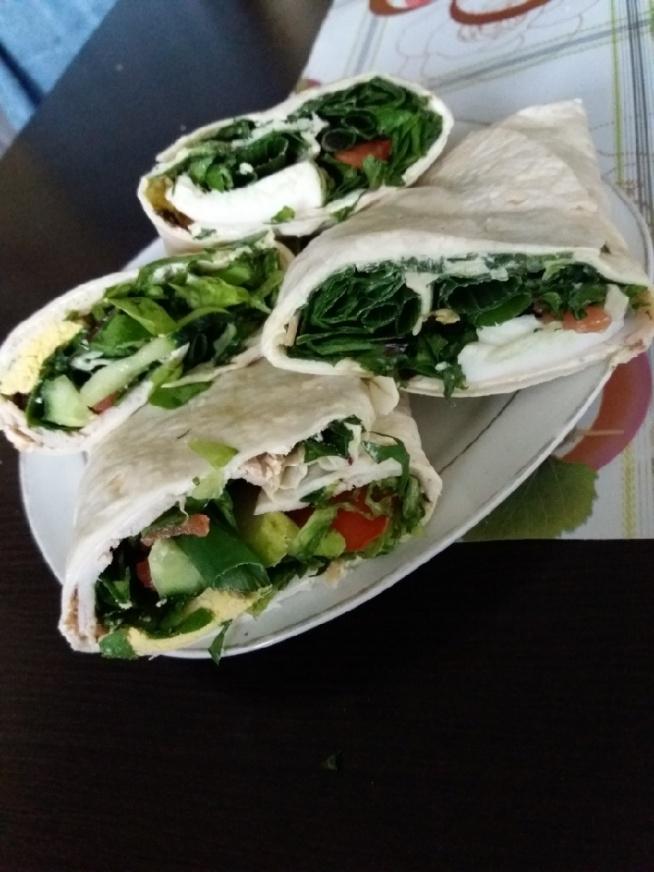 Dużooo dobrego czyli śniadanie! Tortille (serek śmietankowy ze szczypiorkiem, szynka, jajko, sałata rzymska, szpinak, jarmuż, botwinka, pomidor, ogórek, zielona cebulka) Pycha! :)