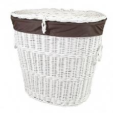 Biały wiklinowy kosz na bieliznę obszyty materiałem w kolorze brązowym.