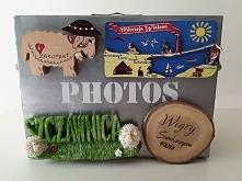 Metalowa skrzyneczka na zdjęcia z podróży, do której można przypiąć pamiątkow...
