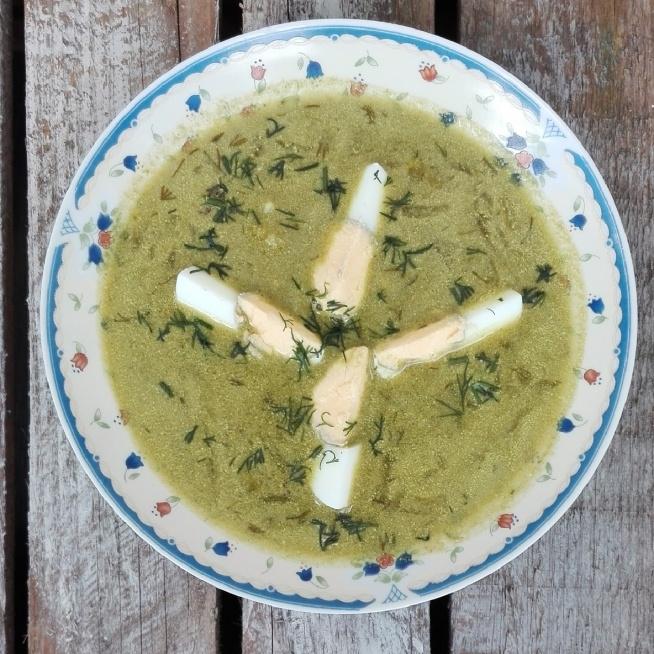 Zupa z jarmużu z ogórkami kiszonymi i jajkiem.