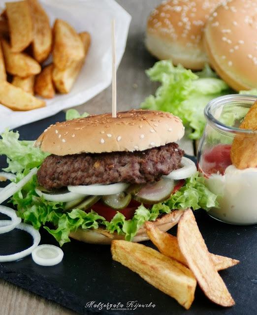 Domowy hamburger wołowy z frytkami. Przepis na idealne frytki.