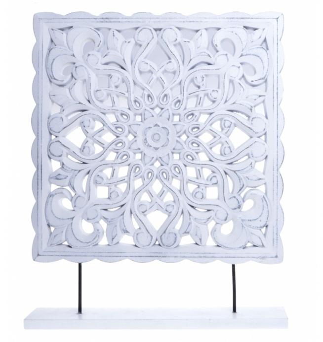 Drewniany biały relief - dekoracja do postawienia. Relief wykonany z drewna malowanego na kolor biały /przecierany/. Wyjątkowo piękna dekoracja do wystroju wnętrza. Relief na białej podstawce.
