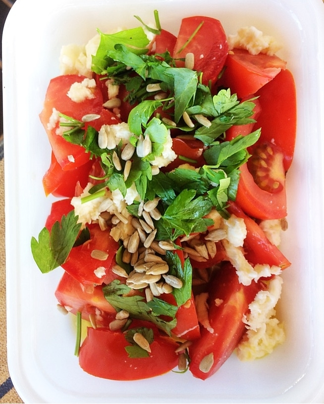 kolacja na wynos - 4 pomidory, 10g oliwy 33g mozzarelli 5 g nasion słonecznika i natka pietruszki