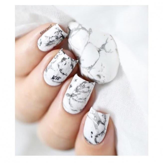 Piękny marmurkowy manicure wykonasz za pomocą naklejek wodnych:) LINK w komentarzu ;)