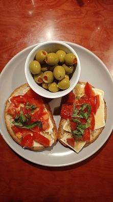Tosty z patelni : ser plesniowy, pomidory, bazylia ❤