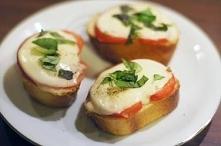 Grzanki z pomidorem i mozzarellą ;) 1 bagietka, 1 kulka sera mozzarella, 2 po...