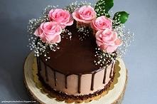 Tort na kakaowych, biszkoptowych blatach, przełożony konfitura z czarnej porzeczki, świeżymi porzeczkami oraz kremem czekoladowo-kakaowym