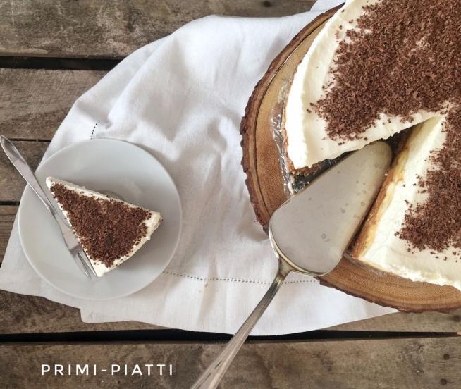 Ciasto w 5 minut, czyli banoffee pie – 250g herbatników (duża paczka) – 400 g gotowej masy kajmakowej (1 puszka) – 4 banany – 500ml śmietanki 36% – 2 łyżki cukru pudru – 1/3 tabliczki gorzkiej czekolady Herbatniki kruszymy lub mielimy na drobny pył. Do miski wsypujemy zmielone herbatniki i masę kajmakową. Dobrze mieszamy, do połączenia składników i przekładamy do tortownicy – tortownica o średnicy 24cm. Dociskamy masę. Banany obieramy i przekrajamy na połówki. Układamy połówki bananów na około, na spodzie z herbatników. Śmietankę ubijamy z cukrem pudrem na sztywna masę – należy uważać, żeby śmietanki nie przebić, bo inaczej zrobi się nam masło ;P Ubitą kremówkę wykładamy na banany, wyrównujemy masę. Czekoladę ścieramy na tarce na małych oczkach bezpośrednio na kremówkę. Najlepiej ciasto wstawić na min 1 h do lodówki, ale śmiało można kroić od razu.