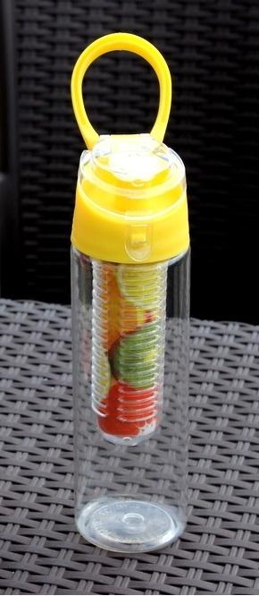 Świetny bidon dla miłośników sportu, aktywności i zdrowia. Zawiera pojemnik na owoce, dzięki którym łatwo można przygotować smakowity napój ze świeżymi owocami.