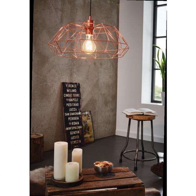 Lampa wisząca CARLTON - dostępna w =mlamp=  Prezentowane oświetlenie posiada bardzo oryginalną oprawę, która idealnie wpisze się we wnętrza w stylu industrialnym, ale też  retro. Lampę tworzą połączone ze sobą geometryczne kształty wykonane ze stali. Klatka oplatająca żarówkę przedstawiona jest w niezwykle stylowym miedzianym kolorze, który nadaje lampie modnego oraz oryginalnego charakteru. Tego typu oświetlenie będzie pięknie zdobić salony, sypialnie, kuchnie, ale też wnętrza komercjalne.