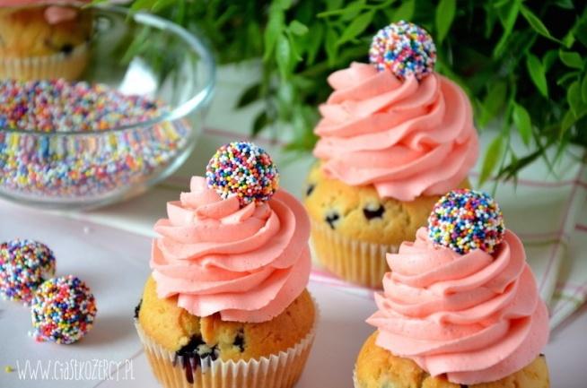 Proste babeczki urodzinowe z kremem i jagodami :)