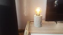 Industrialna lampka betonowa, z żarówką edison.