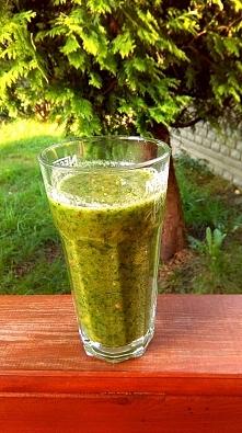 zielony koktajl na śniadanko ;) garść szpinaku, dojrzały mały banan, 1/2 jabł...