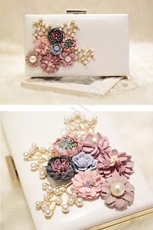 Modna biała torebka z kwiatami 3D  Biała torebka z kwiatami wykonanymi z pianki i perełkami. Torebka w formie kopertówki. Idealna na ślub czy na wieczór. Okucie i łańcuszek w ko...