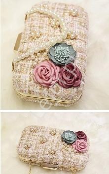 Wizytowa torebka z perełkami i kwiatami.   Torebka wykonana z materiału przetykanego złota nicią.  Zdobiona kwiatami 3D i perełkami. Torebka wizytowa na formalne lub mniej forma...