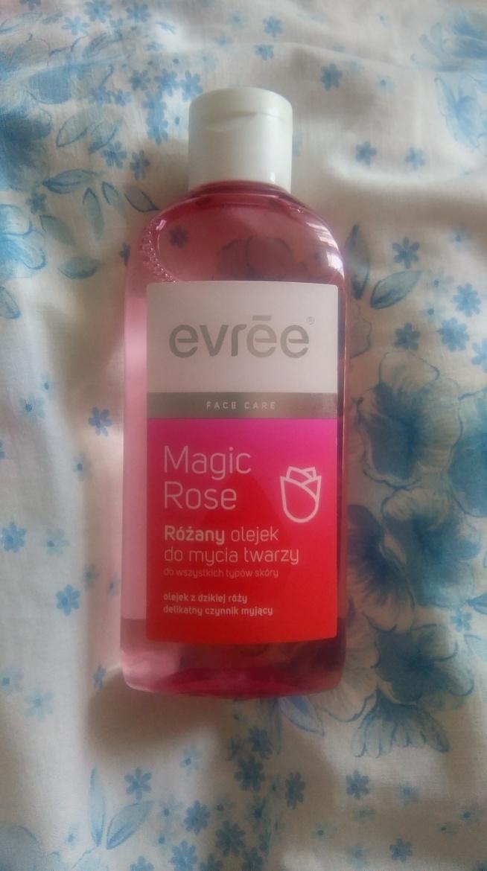 Evree,Magic Rose, Różany olejek do mycia twarzy +nie podrażnia i nie zapycha +wydajny +nawilża skórę +dobrze zmywa makijaż  +łagodzi podrażnienia +delikatnie się pieni -opakowanie -zbyt wodnista konsystencja - przelewa się przez palce