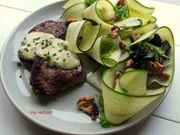 Filet mignon z sosem gorgonzola świeżymi wstążkami cukinii i prażonymi orzechami