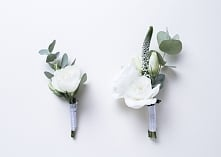 Wyjątkowe białe butonierki w stylu boho - Dekoracje ślubne Weddlove Wrocław