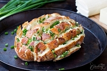 chleb zapiekany z serami i szczypiorem