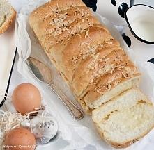 Pszenny chleb tostowy pieczony z żółtym serem.