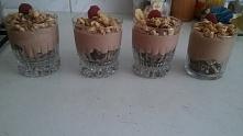 Jogurt grecki w połączeniu z czekoladą deserową, z kawałkami wafelków na dnie...