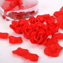 Kliknij w zdjęcie, by przejść do sklepu! SmartGift.pl Różane Impresje Zestaw pachnących mydełek, pływających świec i płatków róż dla kobiet. DOMOWE SPA!!